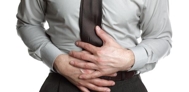 homem-com-dor-de-barriga-dor-intestinal-1348610326061_615x300