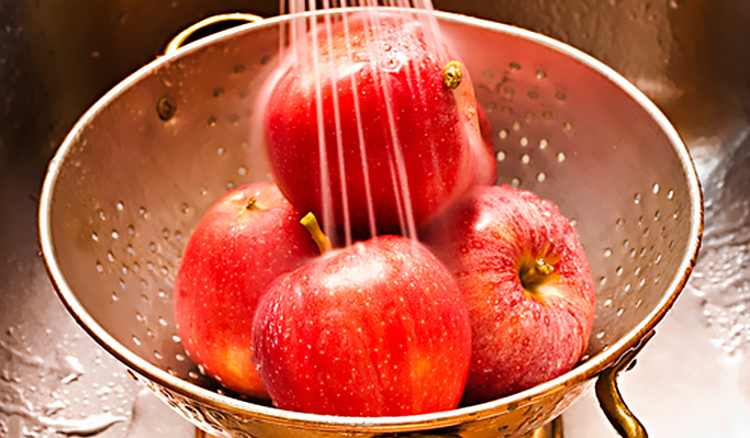 Lave muito bem as frutas, verduras ou qualquer outro alimento antes do consumo